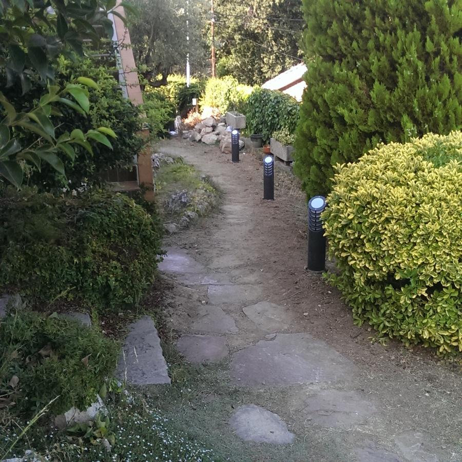 Instalación de balizas led en jardín