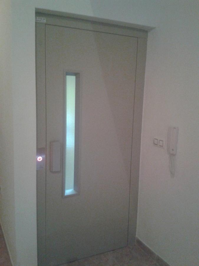 puerta abatible con mirilla