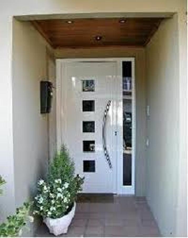 Foto puerta entrada de panel decorativo 5 vidrios y fijo for Puertas de entrada con vidrio