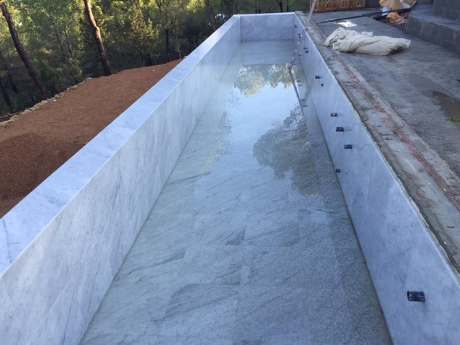 Foto marmol travertino blanco de piscinas reypool 941157 - Marmol travertino blanco ...