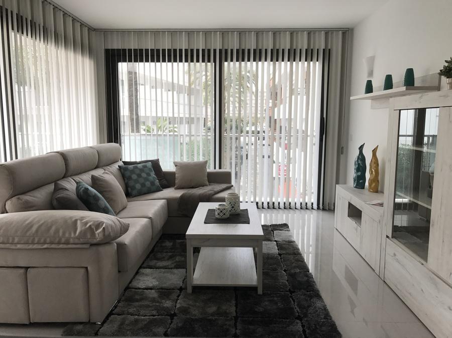 Salón con cortina vertical