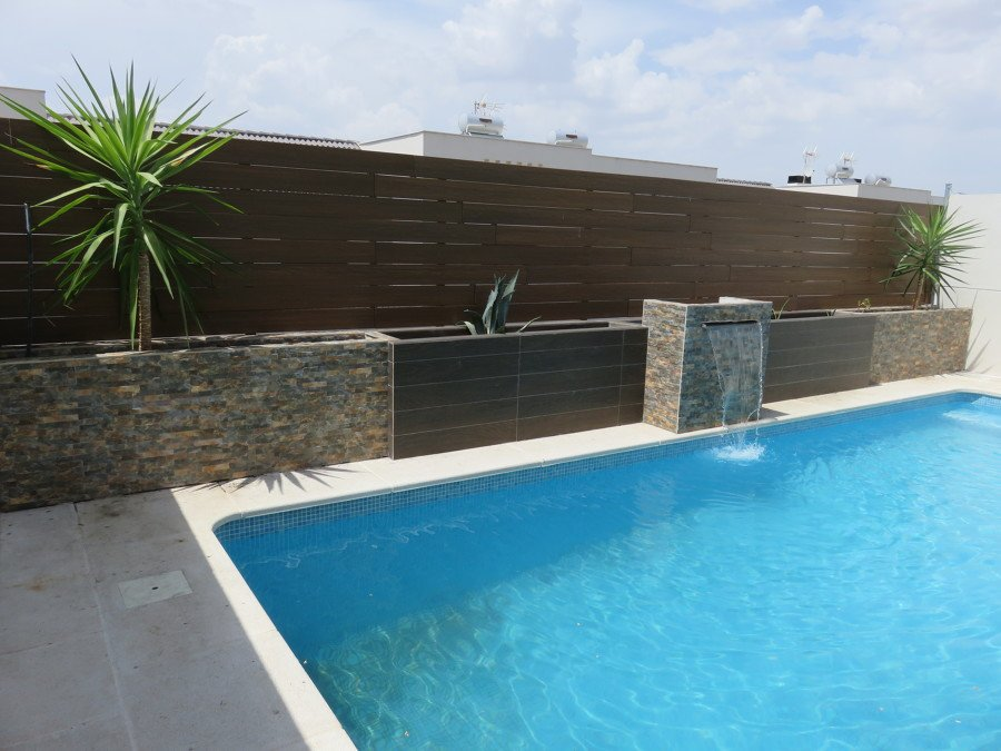 Foto jardineras y cascada de obra valla de composite for Precios de piscinas de obra