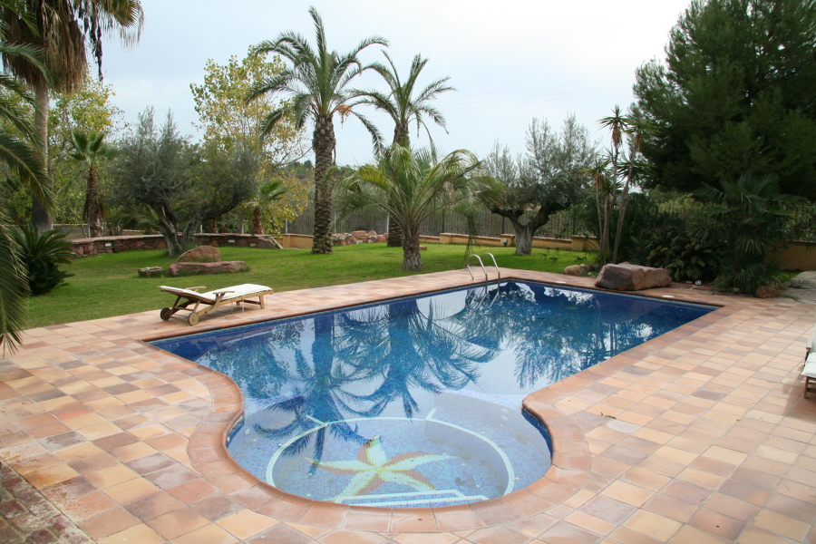 PISCINA CON JACUZZI LATERAL
