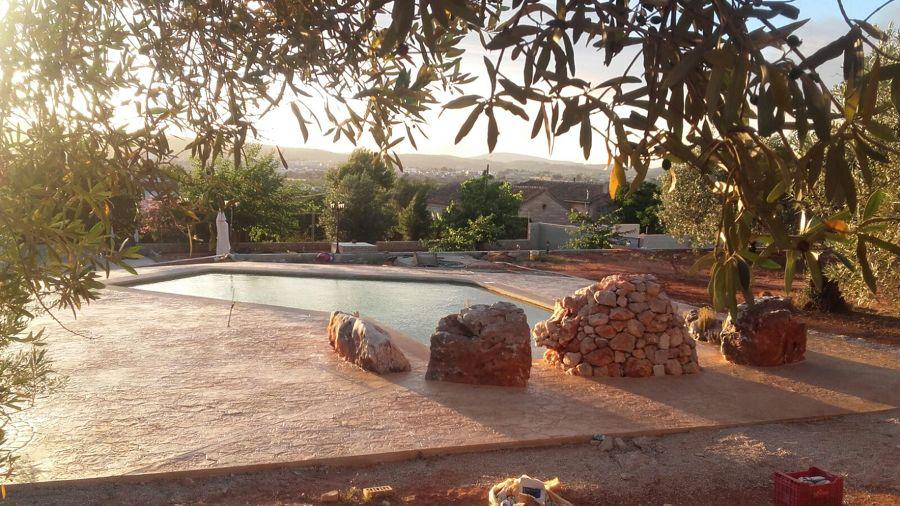 piscina en Onteniente tipo playa con rocallas cascada