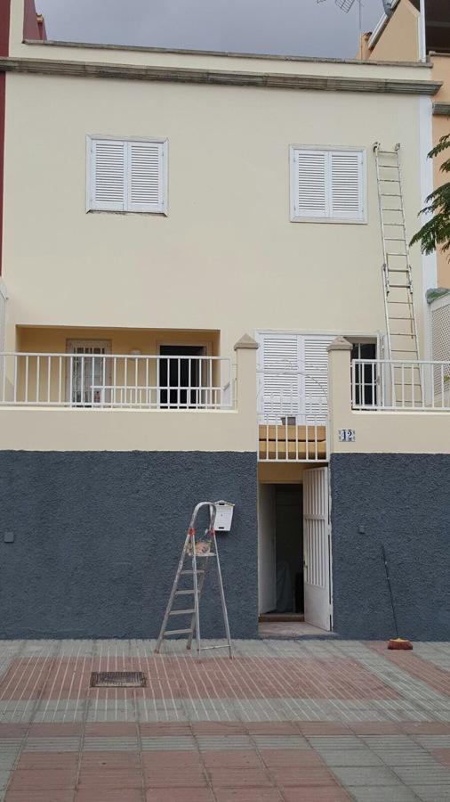 Pintura y revestimiento de fachada con grietas e imperfecciones