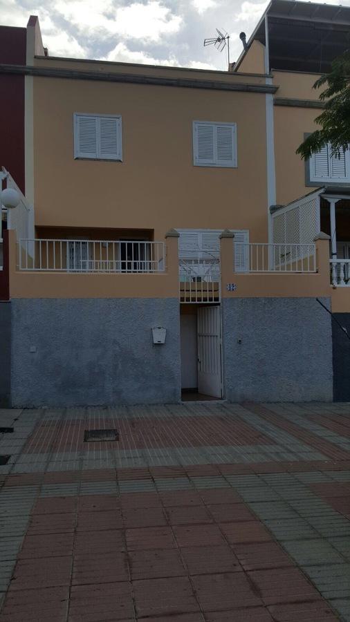 Estado de la fachada con grietas e imperfecciones antes de ser pintada y reparada