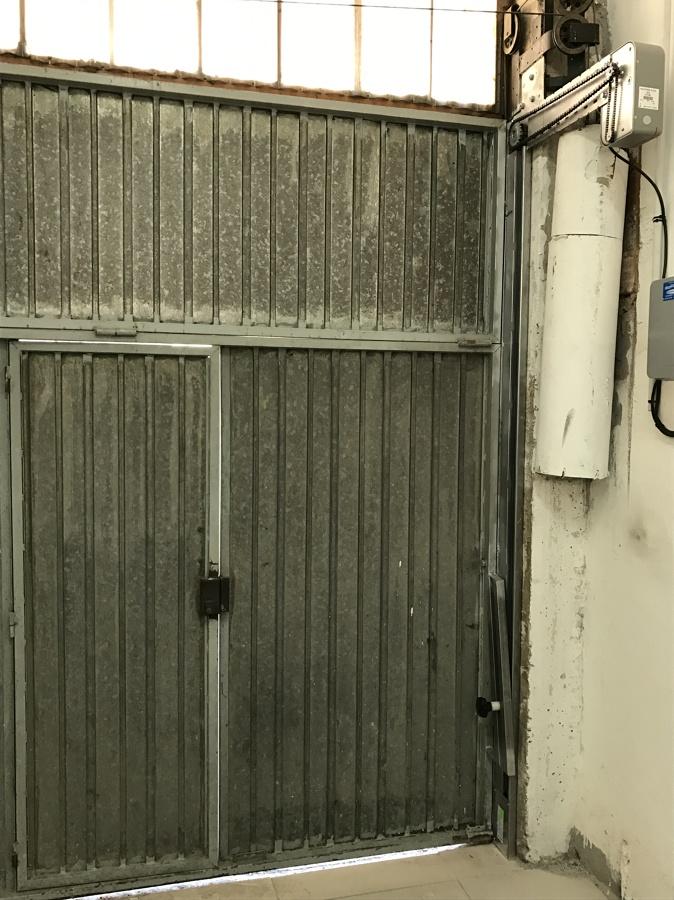Puerta de garaje antigua de contrapesos