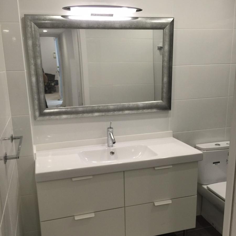 Mueble de baño nuevo con espejo de diseño