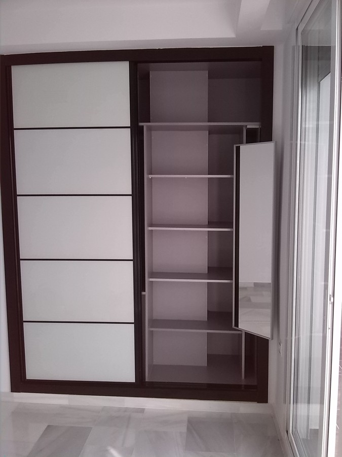 Interior de armario con espejo extraible.