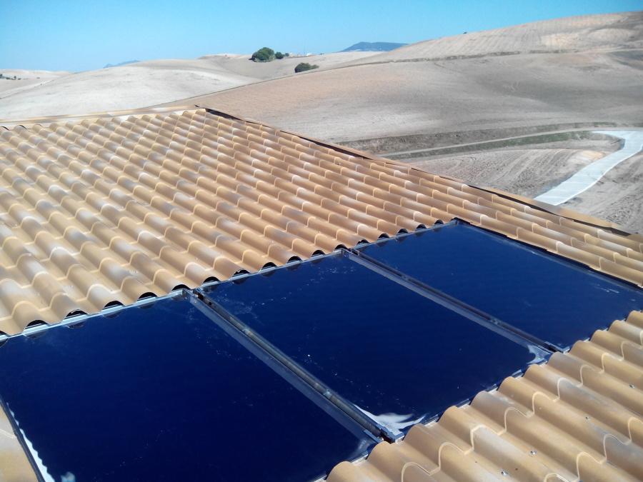 Foto placas solares termicas empotradas en techo de for Placas solares barcelona