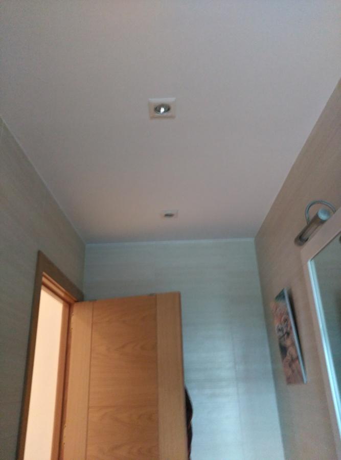 Foto piso 55m2 techo ba o de maderaypintura rotciv - Pintura techo bano ...