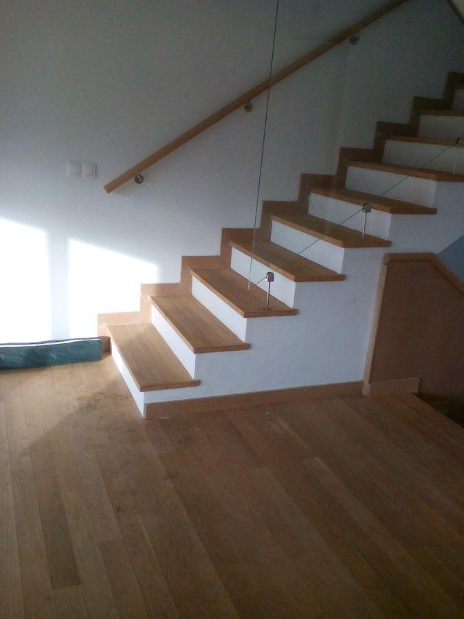 Foto escalera de pasos en madera roble y tabicas de yeso for Escalera de madera 5 pasos