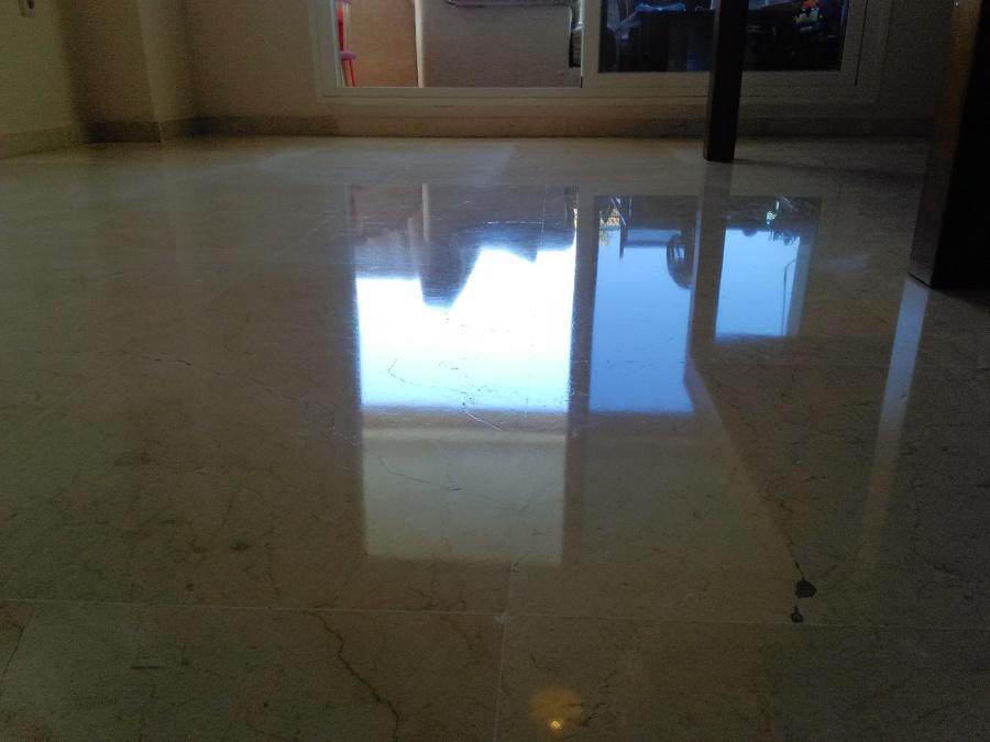No es un espejo, es reflejo en el suelo