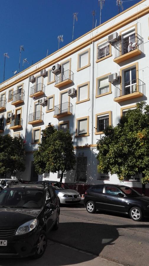 Reparación y pintado de fachada de edificio de viviendas realizado con trabajos verticales