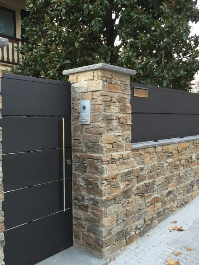 Construcción muro fachada vivienda