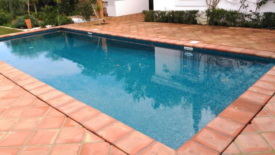 Foto piscina con coronacion de barro de piscinas del for Coronacion de piscinas