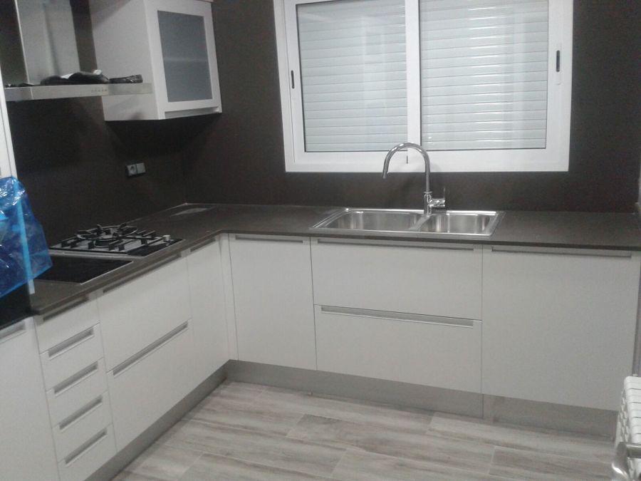 Foto encimera cocina y frente silestone de marbres for Frente cocina