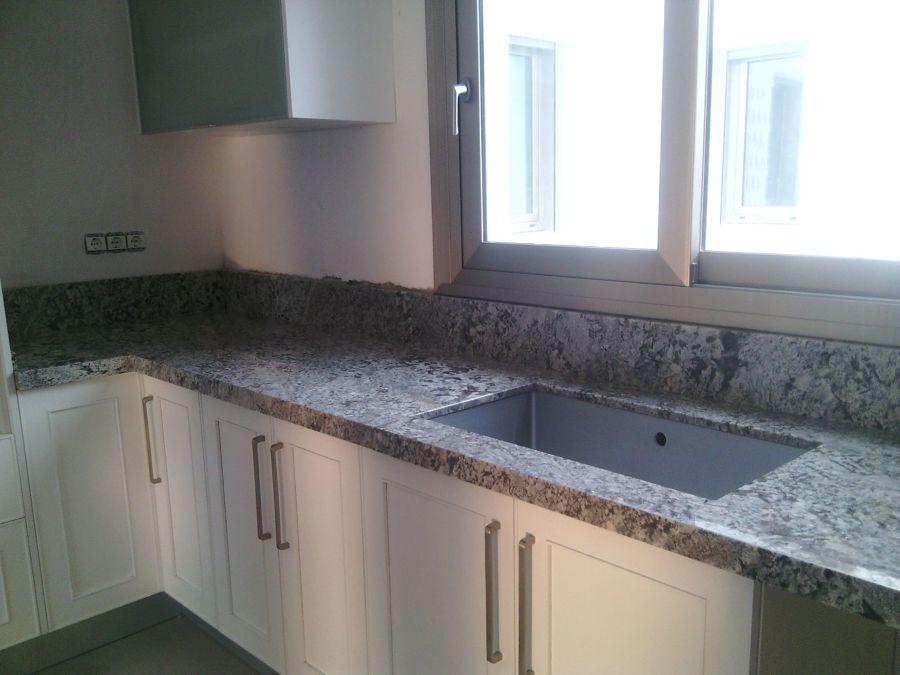 Foto encimera cocina granito lennon de naturamia de - Granito encimera cocina ...