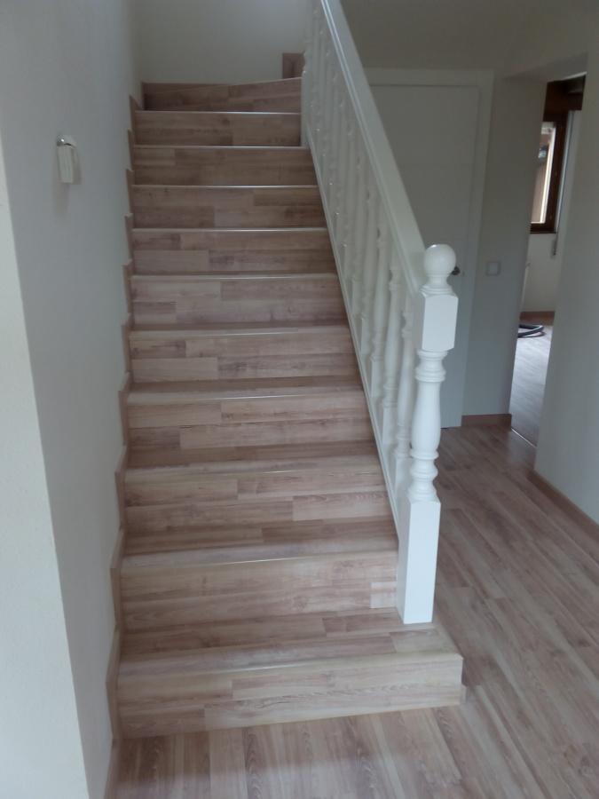 Foto escalera revestida de tarima flotante de pintura - Pintura para escaleras ...