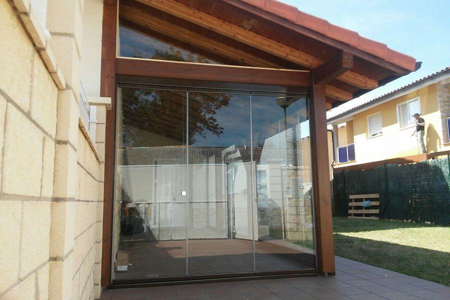 Foto cerramiento de cortina cristal de porche de madera for Cerramiento cortina cristal
