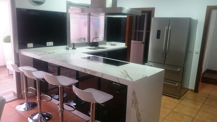 Foto cocina en ele con zona de despensas empotradas en la for Muebles de cocina alemanes