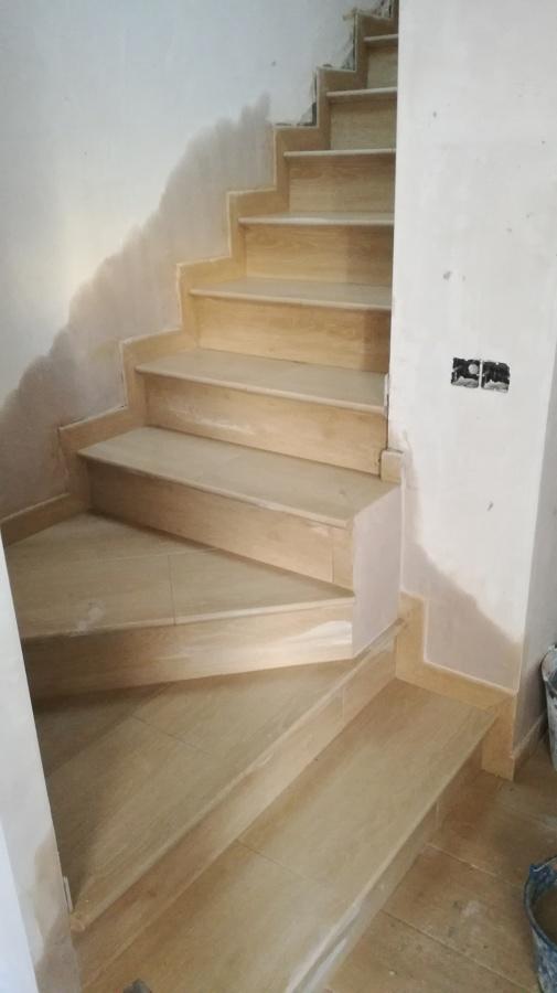 Foto escalera de gres porcelanico de construccciones y - Gres para escaleras ...