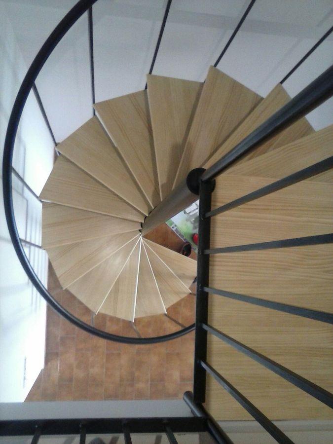revestimiento de madera y pintura de esmalte laca en escaleras de caracol