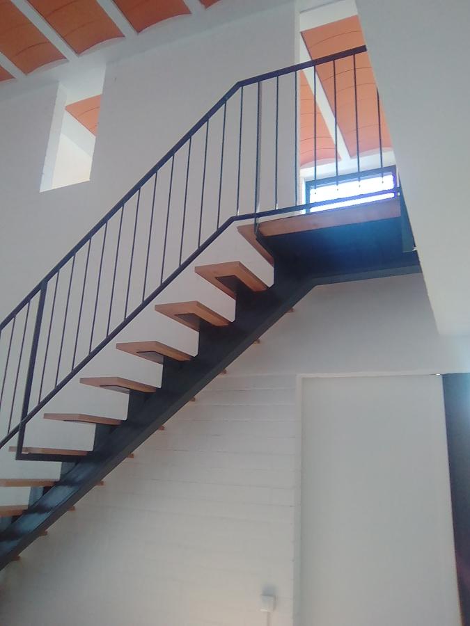 Foto escalera metalica con una biga central y escalones for Armar escalera metalica