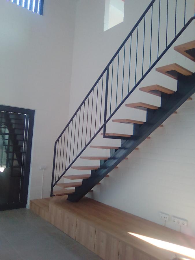Foto escalera metalica con escalones de madera y for Armar escalera metalica