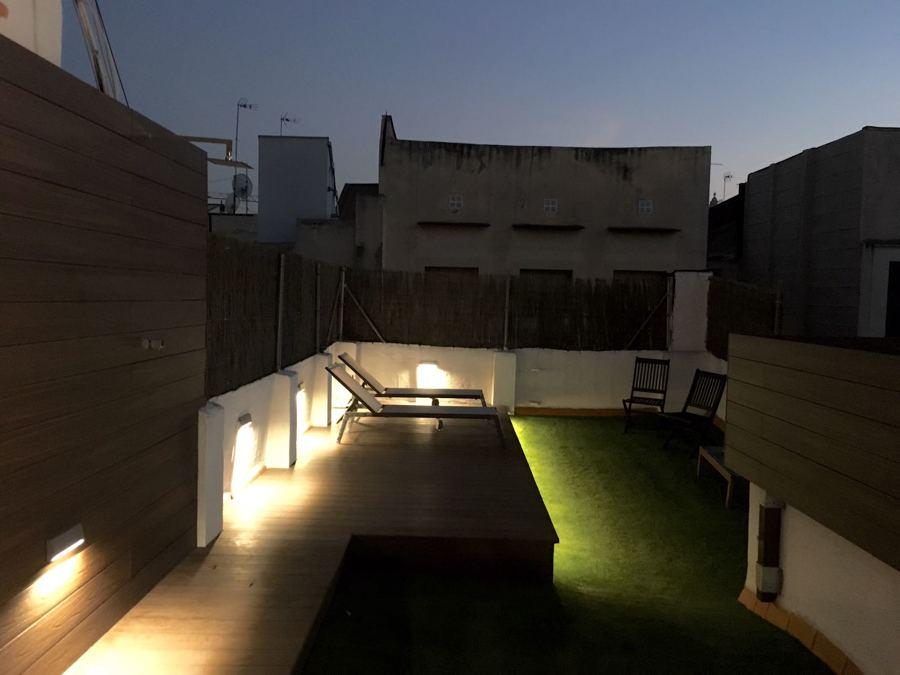 tarima exterior, iluminación exterior, cfésped artificial