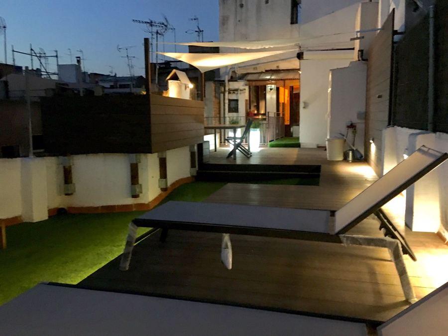 tarima exterior sintetica, iluminación exterior, césped artificial