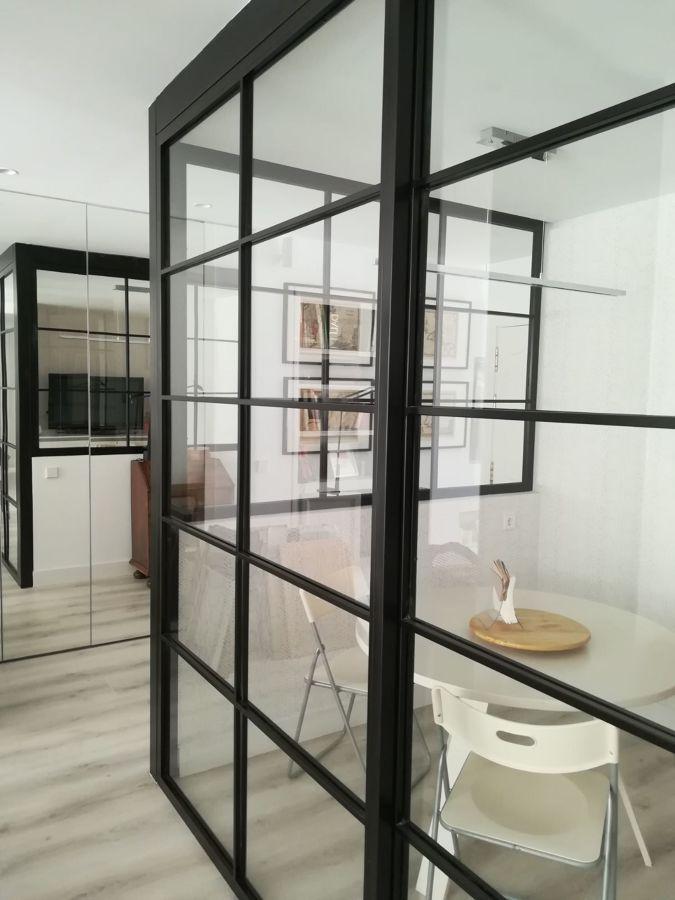puerta corredera de estilo industrial de hierro y cristal