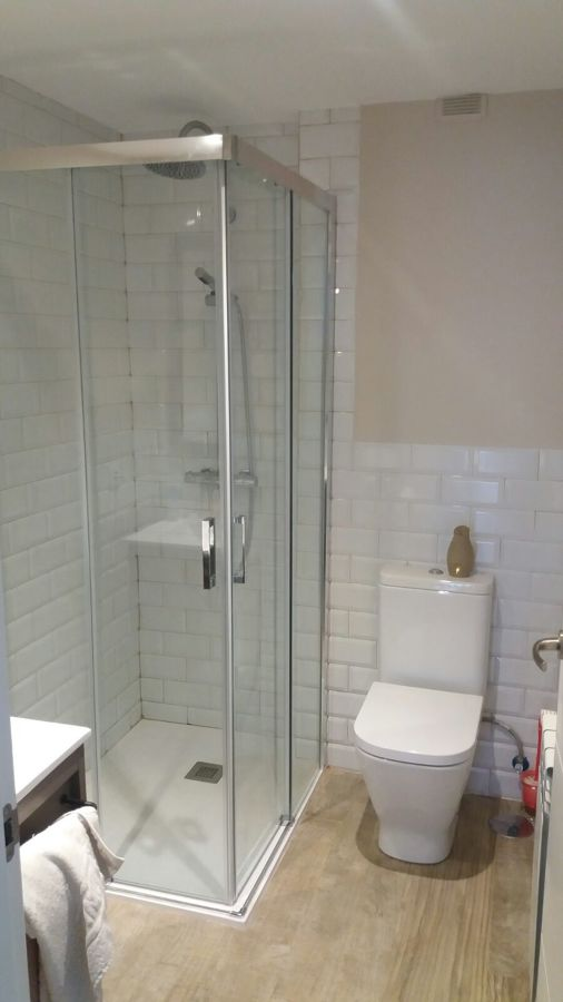 Reforma completa de baño con plato de ducha plano
