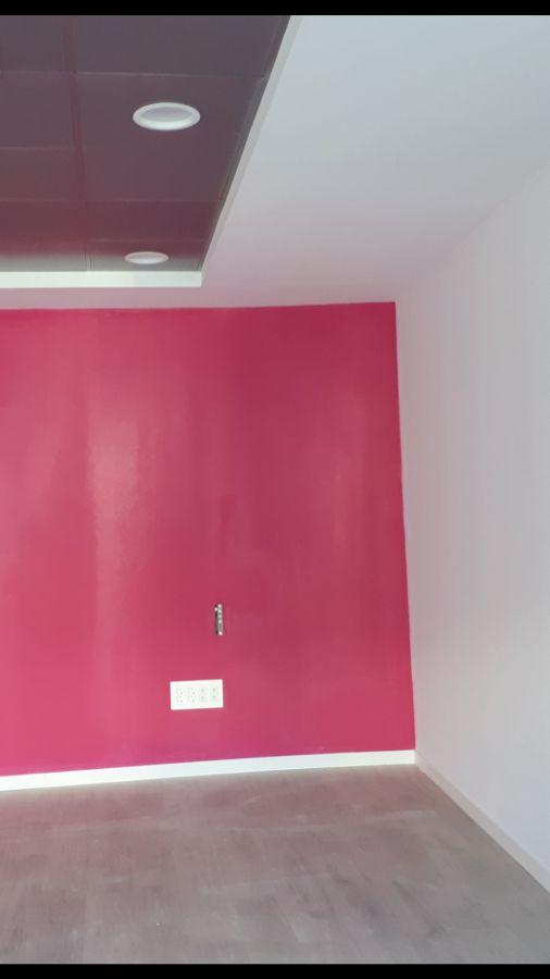 buhardilla en dos colores, destacando una pared