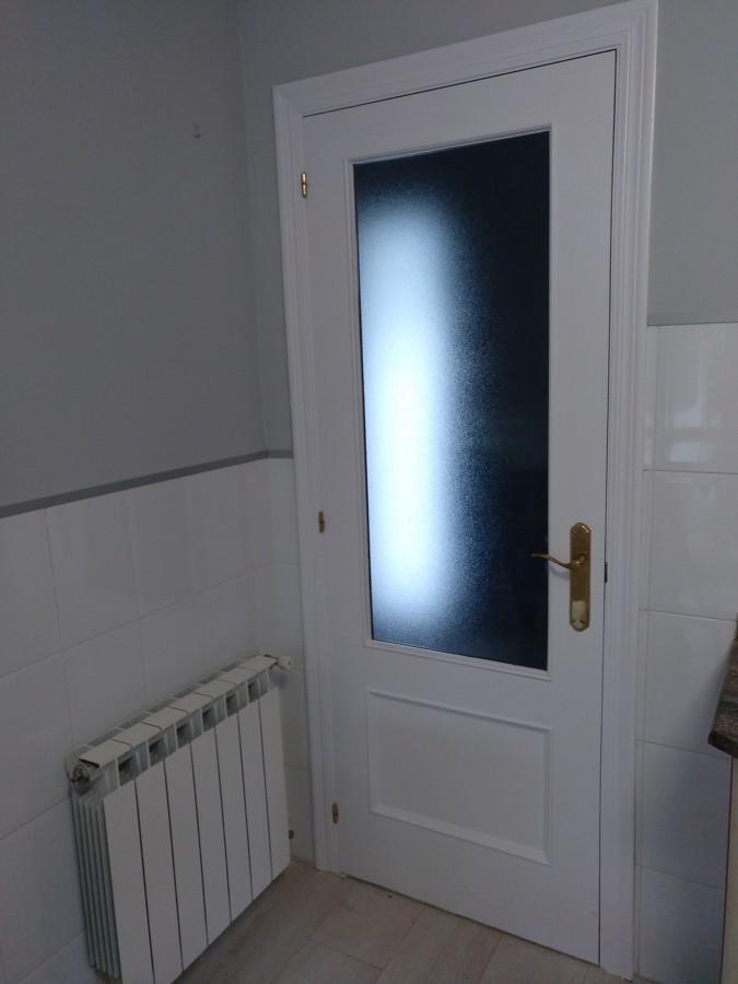 Puerta esmaltada en blanco satinado.