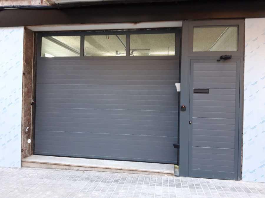 Puerta seccional automática con sección de aluminio