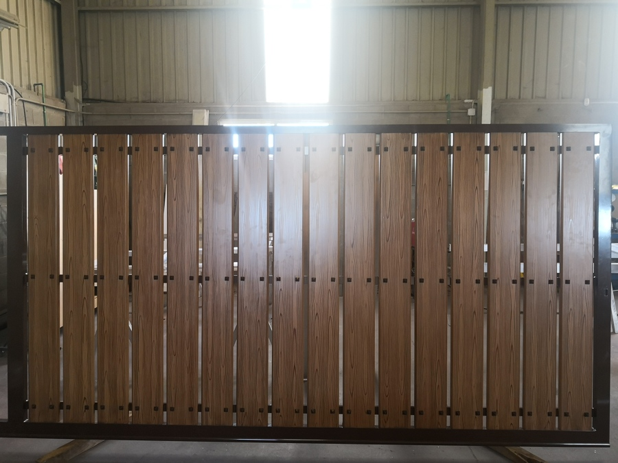 Portal corredera de aluminio soldado y lamas lacadas en color madera