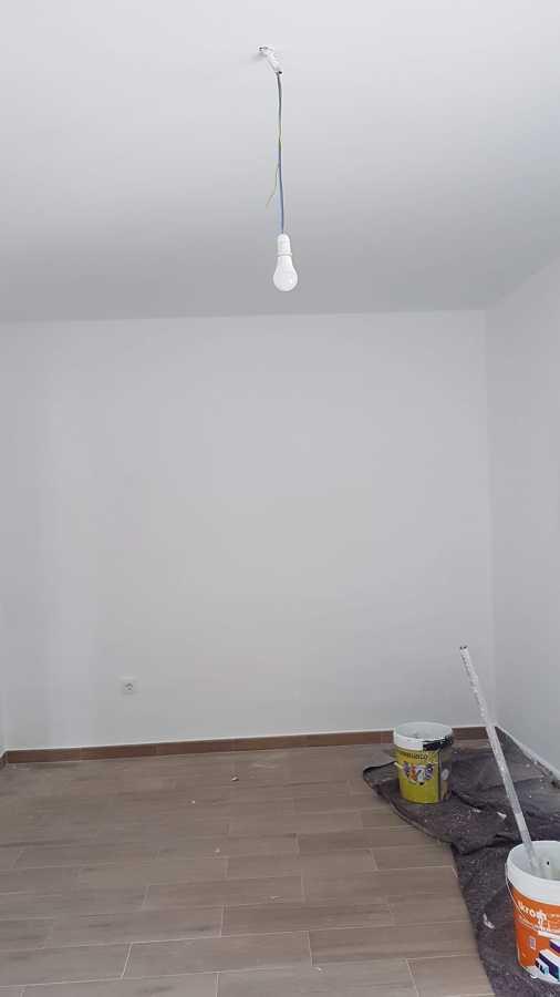 Terminación de pintura en habitación