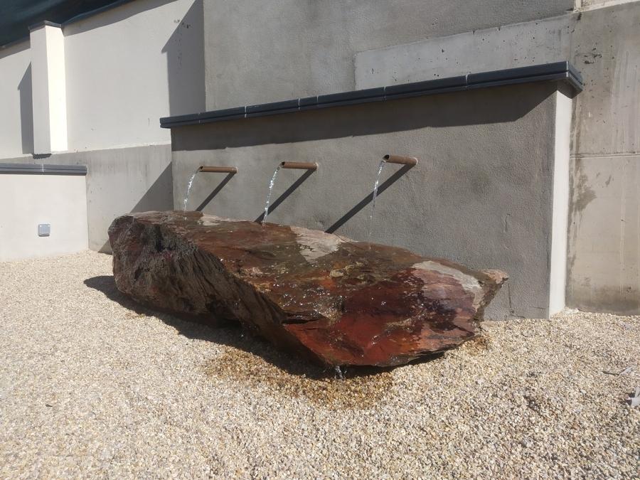 Piedra fuente del jardín