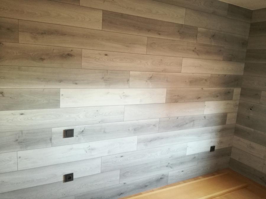 Panelado de pared en gris mixto