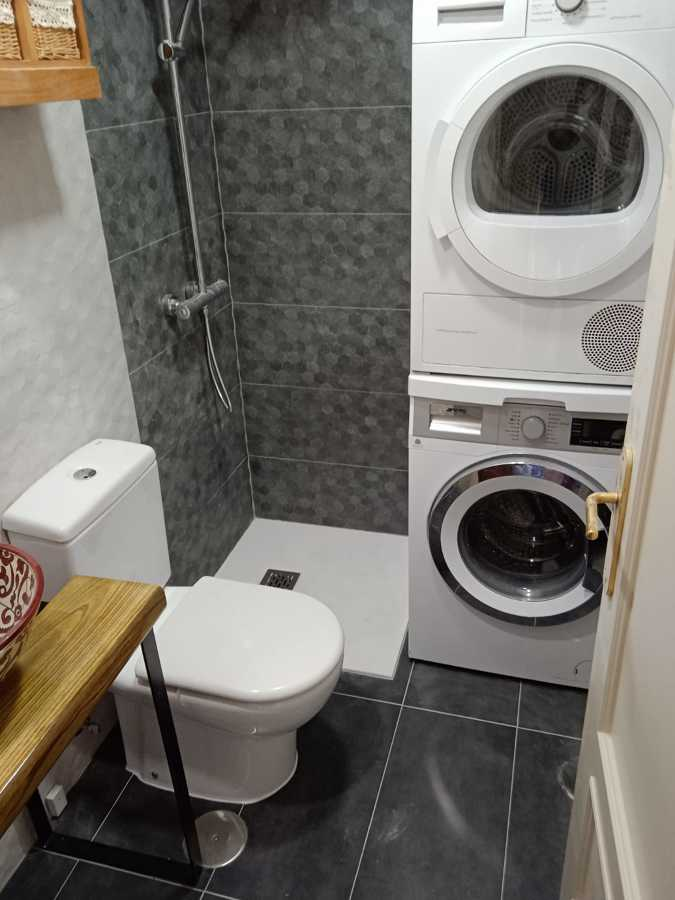 Reforma baño integrando lavadora y secadora