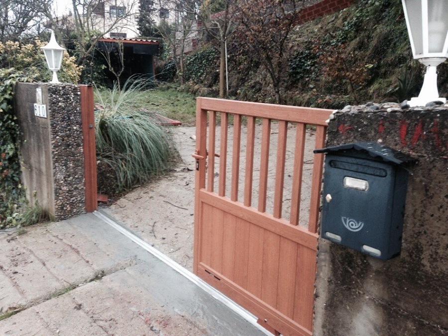 Puerta de aluminio corredera para entrada de vehículos