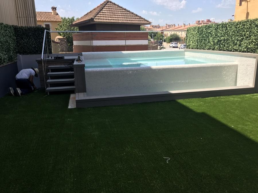 Jardin, tarima tecnológica, muro vegetal, piscina, cesped artificial