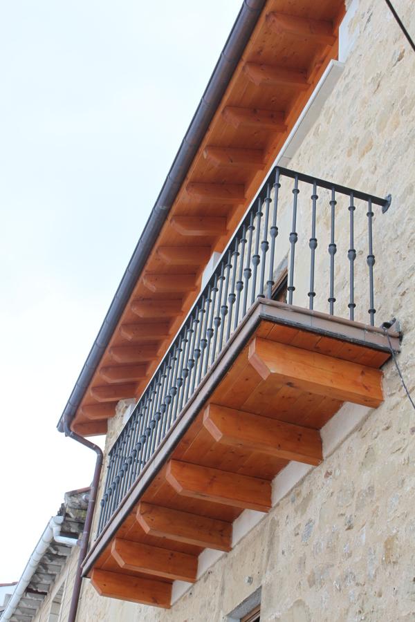 Tejado,fachada y balcón