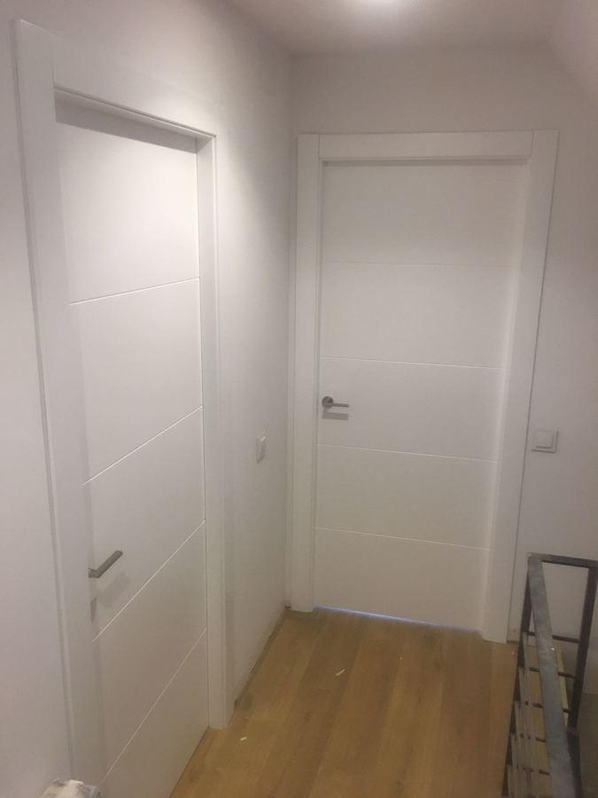 Foto puertas rayas lacado en blanco de multipuertas - Puertas blancas con rayas ...