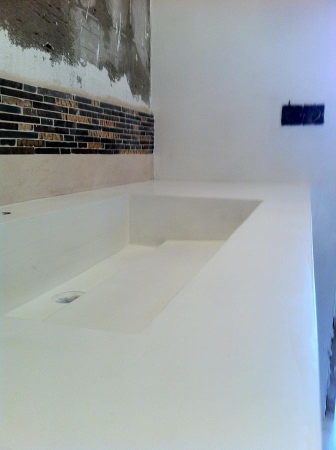 Paramentos y lavabo en microcemento blanco