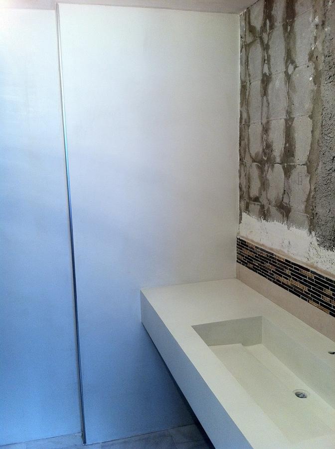 Foto paramentos y lavabo en microcemento blanco de arte - Lavabo microcemento ...