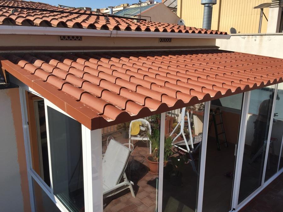 Foto corrimiento de aluminio con techo imitaci n teja de for Techos de teja para terrazas