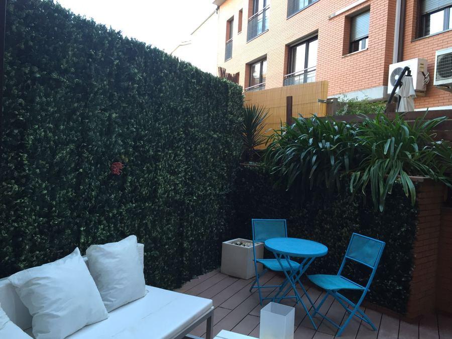 Teraza, tarima tecnológica, muro vegetal y cesped