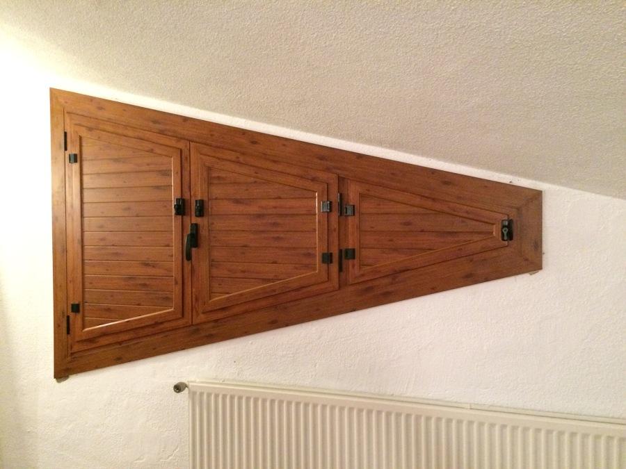 Ventana con descuadre y porticones en imitación madera